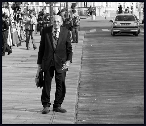 oude man op straat by hans van egdom