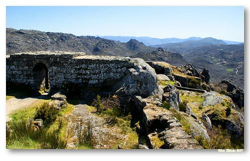 Ruínas do castelo de Castro Laboreiro by VRfoto