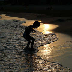 Carr bonheur (Vronique Delaux) Tags: sunset sea summer mer france beach silhouette square child t enfant playful plage coucherdesoleil jeu carr languedocroussillon hrault 2011 frontignan vroniquedelaux cratitudesnolimits