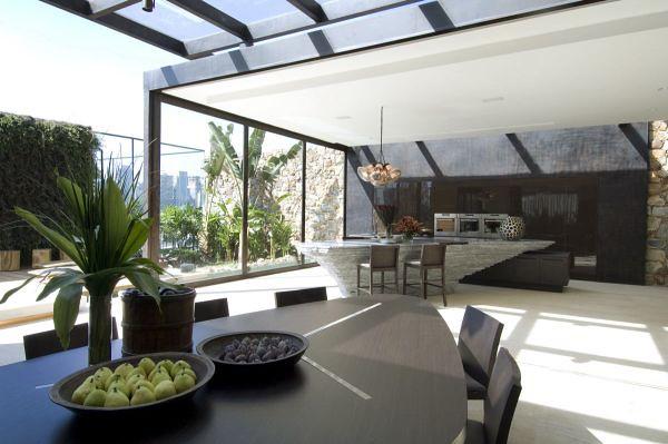 el comedor la sala y otras estn conectadas con el exterior a travs de paredes y techos de vidrio