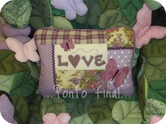 """...Almofada """"LOVE""""...Em patchwork... (Ponto Final - Patchwork) Tags: love floral quilt fabric borboleta lils xadrez aplicaes po sianinha patchcolagem almofadaempatchwork artecomretalhos"""