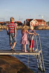 Västkusten (Anders Sellin) Tags: bridge summer vacation barn standing children looking sweden sverige semester står sommar brygga hunnebostrand västkusten tittar ginordicsept