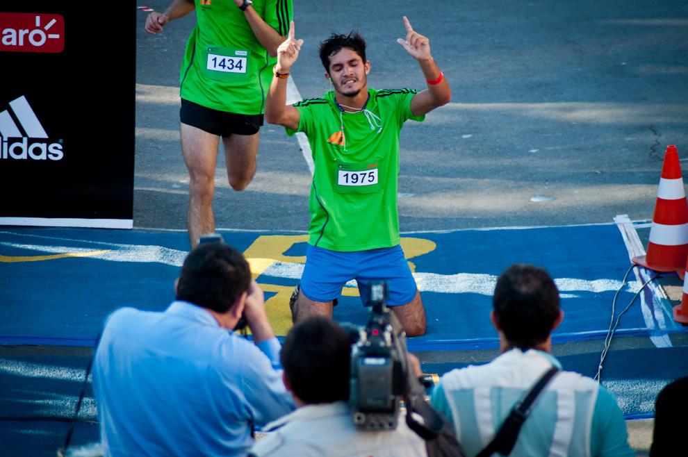 Así lo vivió Victor Gustavo Fleitas (1975) al llegar a la meta agradece al cielo por el triunfo personal que lo coloca en 1ra posición en la categoría 10km masculino de 20 a 24 años y 6ta posición en la general, con un tiempo de 00:37:11. (Elton Núñez)