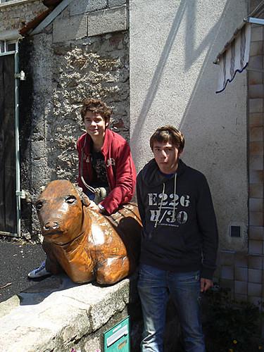 les enfants et la vache en bois.jpg