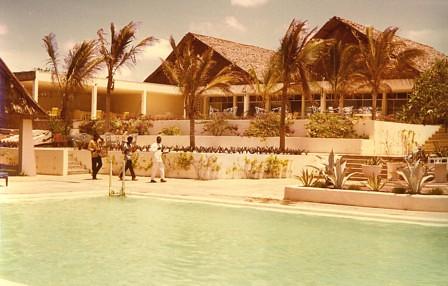 1971, KENIA, Malindi, Hotel EDEN ROC, Poolbereich, musizierende afrikanische Angestellte
