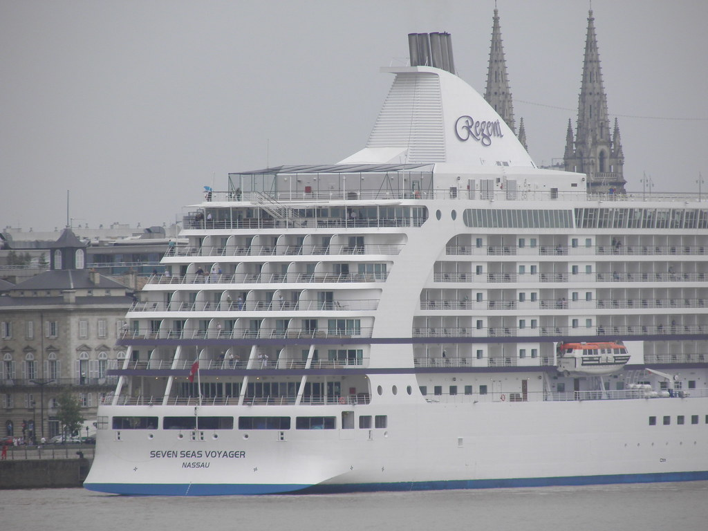 Seven Seas Voyager docked at Bordeaux  - P8220057