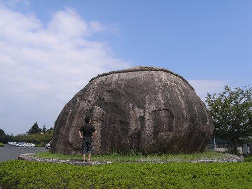 唐突に現れる直径7mの丸い巨石『山添長寿岩』@山添村