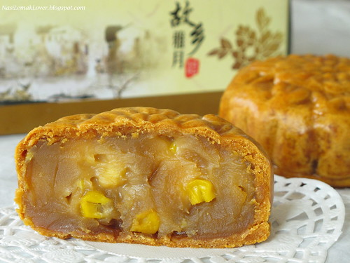 Corns and Lotus Paste Mooncake 粟米莲蓉月饼