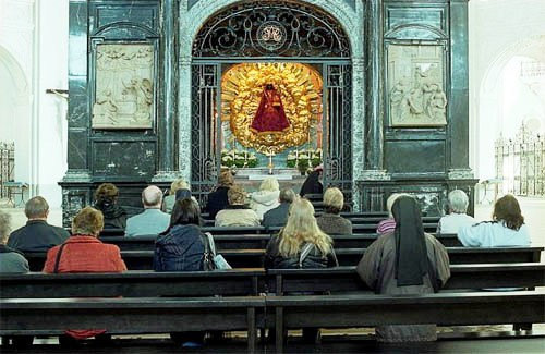 Orando frente a la Capilla de Gracia