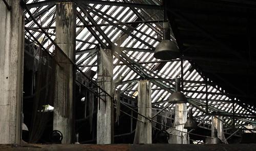 Dziurawy dach parowozowni w środku
