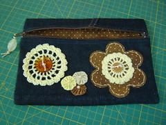 Bolsinha jeans tecido poás Ocre (TUKKA*  -  Fuxicos, Retalhos e Penduricalhos) Tags: jeans botão fuxico bolsa tecido bordado brim bolsinha crochê botões apliqué zíper fuxicos