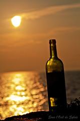 Red red wine... (Sous l'Oeil de Sylvie) Tags: sunset pentax bokeh québec coucherdesoleil kamouraska escapade fleuve bottleofwine stlawrenceriver k7 fleuvestlaurent romantisme bouteilledevin sousloeildesylvie