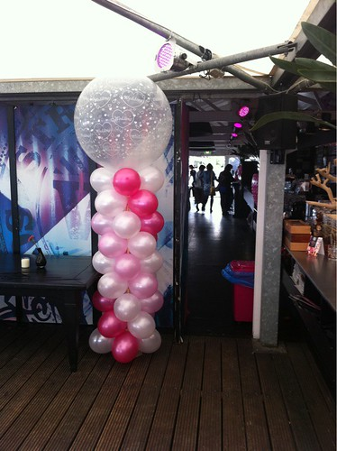 Ballonboog Breed Rond Fuchsia, Wit en Roze met Transparante Topballon Wedding