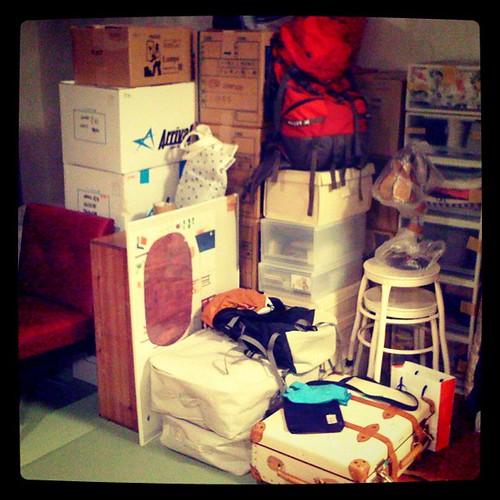 荷造り完了。ダンボール23、大小様々の無印ケース16、棚、椅子、楽器、鏡、扇風機、加湿器。まだまだ身軽にできるよなあ…。