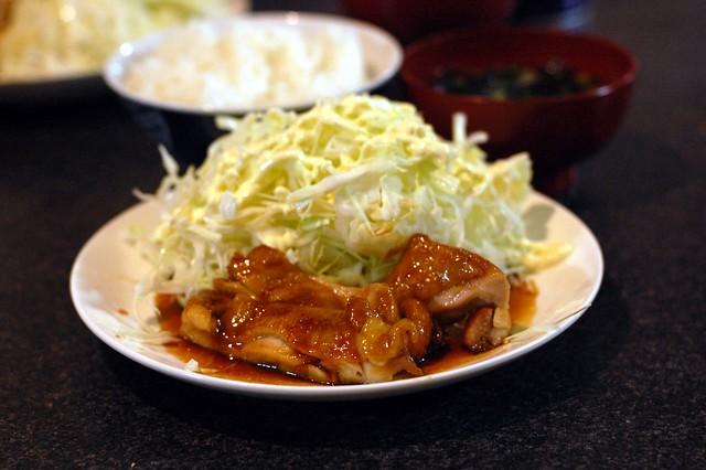 同居人OJIKIがつくる照り焼きチキンで米とキャベツをモリモリたべた。 #gohan