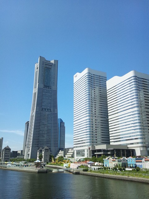 ランドマークタワーとクイーンズと青空の写真