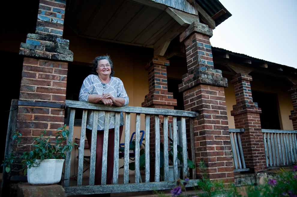 Doña Nidia Dietrich, propietaria de una antigua casa construida con detalles al estilo europeo antiguo, sonríe mientras se despide de sus parientes que la visitaron ese día. Esta formidable señora desciende de los primeros europeos que colonizaron la región.   (Elton Núñez)