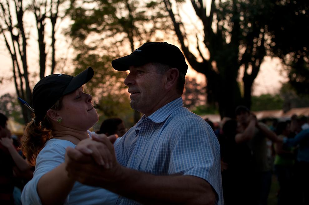 Bruno Huber, descendiente de alemanes y administrador de estancias, comparte la tarde danzando música paraguaya interpretada por grupos musicales que actuaron en las últimas horas del domingo de festival. El Sr. Huber es presidente de la comisión directiva del Club Deportivo Alemán de Fulgencio Yegros. (Elton Núñez)