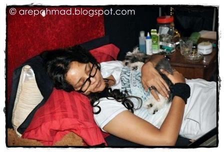 Nanu Baharuddin Pegang Dan Tidur Dengan Anjing1[3]