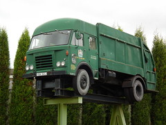 Salford refuse truck up in the air, Aldridge (Walsall1955) Tags: dennis aldridge walsall dustcart volant refusecollection astonmanortransportmuseum amtm cityofsalford amrtm refusecart refusewagon dennisrefusetruck amtrm vba612j salfordrefusetruck volantpassengerservices beechamsbusinesspark