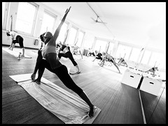 Trikonasana    (Salva Magaz [Om Qui Voyage]) Tags: hot yoga bikram zurich sweat yogi caliente yogini salva chaleur postures sudor trikonasana transpiration posturas trikanasana ricohgx100 oqv salvamagaz omquivoyage