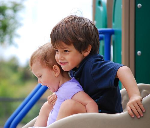 Juegan juntos en el parque