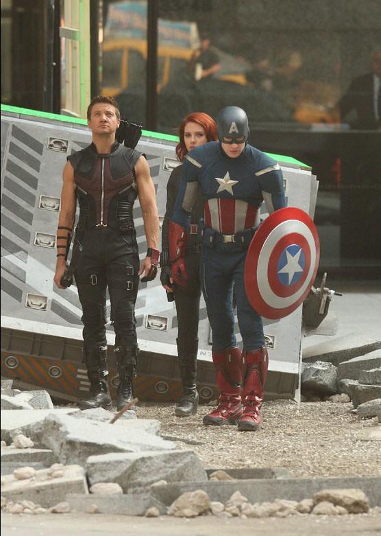 Hawkeye-Fighting-Captain-America-Black-Widow