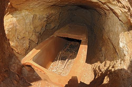 Sarcophage en terre cuite de l'état 2 dans son loculus