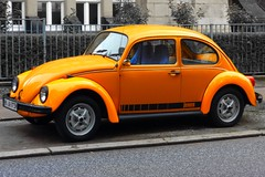 orange on Volkswagen 1200 Jeans (1973) (Transaxle (alias Toprope)) Tags: orange vw volkswagen 1200 jeans 1973 1970s aircooled beetle käfer kever vocho escarabajo sedan tipo1 type1 hamburg curb kerb street streetcar city urban downtown auto autos coche coches macchina car cars curbs kerbs soul power beauty toprope nikon snap shot voitures voiture bug bugs beetles fusca retro autoretro vwsedan volkswagensedan everyday oldtimers yesterday 10favs 8favs