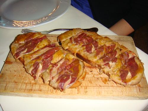 Pan de la casa de carne mechada y jamón ibérico de Jabugo