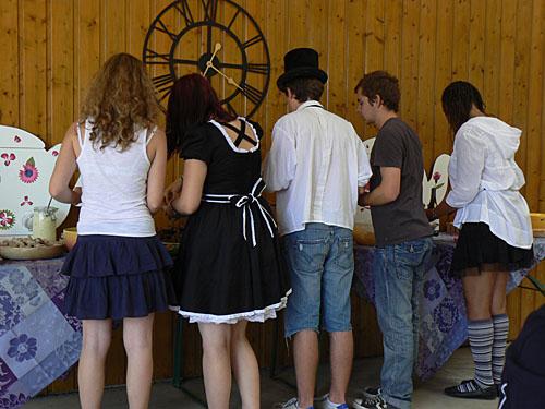 les jeunes au buffet.jpg