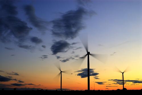 [フリー画像] 建築・建造物, 工場・産業機械, 風車, 夕日・夕焼け・日没, 発電所, 風力発電, イギリス, 201108242300