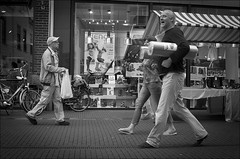 We all carry our burdens... (Rense Haveman) Tags: street wageningen spnp meyeroptikgörlitzorestegon29mmf28 pentaxk5 streetphotographynowproject instruction48