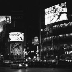 Rolleiflex_Shibuya_20110823_05 (Jun Takeuchi) Tags: bw tlr film monochrome japan rolleiflex iso3200 blackwhite shibuya streetphotography   filmcamera  fx ilford  planar twinlensreflex ilforddelta3200 filmphotography     hft   planar80mmf28 planar80mmf28hft  rolleiflex28fx