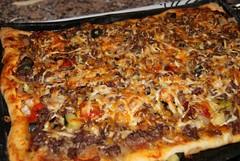 Pizza de carne y verduras asadas