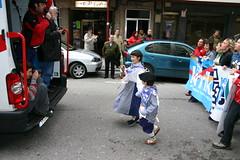 Ciudadanos de Ermua realizando la korrika por la calle