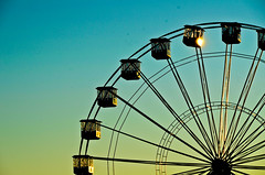 Sunbeams pushed one of the booths (Nachett) Tags: parque fun atardecer evening fiesta fairground feria fiestas ground fair treadmill noria bierzo diversion atracciones ponferrada encina