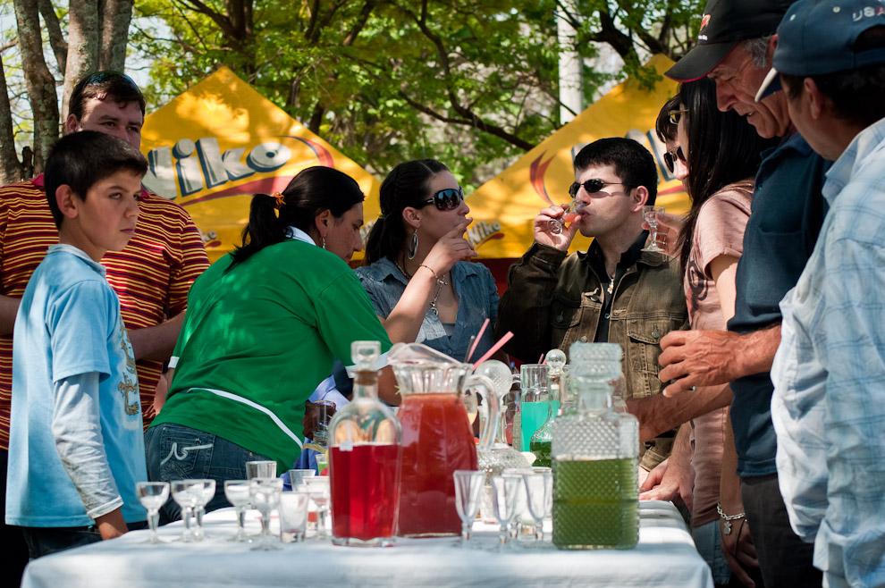 Los habitantes de Yegros prueban licores elaborados con distintas frutas durante la mañana del 3er. Festival del Licor en la plaza central el domingo 5 de Setiembre. (Elton Núñez)