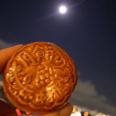 月と月餅(木の実餡)