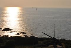 Tra guerra e pace (Contro-Sole) Tags: sunset sea sun sunrise boat war barca mare sailing niceshot guerra cannon vela sole scogliera cannone cliff