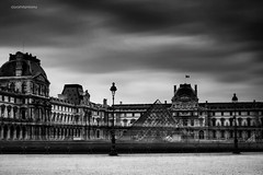 Le Louvre (Jurjen Harmsma Photography) Tags: city bw paris france travelling architecture aperture europa europe exposure louvre cities trips frankrijk parijs stad architectuur 2010 sluitertijd