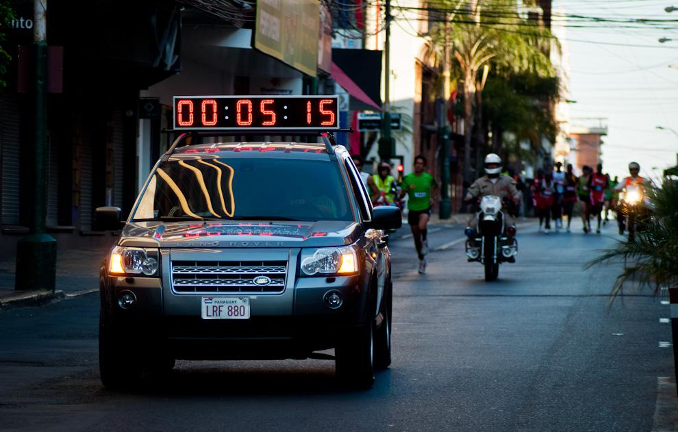 Después de 5 minutos de la largada, los que encabezaban la carrera ya estaban corriendo sobre la calle Estrella entre Alberdi y Chile, se alejan del microcentro rumbo a sus desafíos y propias metas. (Elton Núñez)