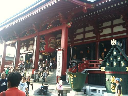 浅草寺は人がいっぱいでした。