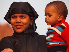 Delhi - Mother and child (sharko333) Tags: voyage street travel portrait people woman india asia asien child delhi asie indien reise