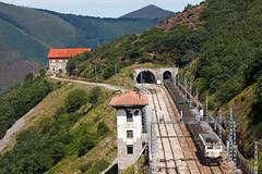 Carriles subiendo Pajares (Nohab0100) Tags: train tren pajares mitsubishi estación locomotora estação comboio renfe locomotiva 251