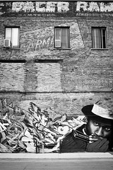 Hoe-down (Christian DF) Tags: street city windows bw canada black building hat wall america pared graffiti calle quebec montreal edificio jazz ciudad bn ventanas sp northamerica sombrero hoedown jazzfestival cdf suenyospolares sueñospolares christiandf christiandfes christiandomínguez