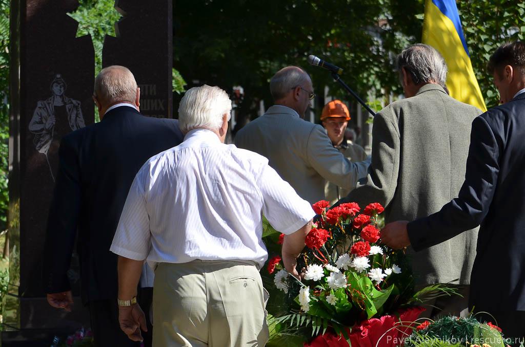 Возложение цветов к памятнику погибшим шахтеров