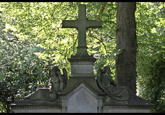 Kiel Parkfriedhof Eichhof (michael_hamburg69) Tags: sculpture friedhof cemetery geotagged skulptur kiel schleswigholstein scultura eichhof parkfriedhof geo:lat=5433362015690785 geo:lon=10104941298919584