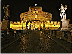 Castel Sant'Angelo / Castelo Santo Angelo, Roma (Francisco Arago) Tags: bridge people italy sculpture copyright rome roma reflection night reflections pessoas francisco europa europe photographer nightshot perspective esculturas structure ponte angels noturna castelo perspectiva angelo reflexo reflexos velho santo fotgrafo castel allrightsreserved itlia anjos castelsantangelo santangelo fotonoturna continente estrutura cidadehistrica uniao obradearte europeia aragao velhomundo castelosantoangelo canong10 cidadeeterna franciscoarago todososdireitosreservados