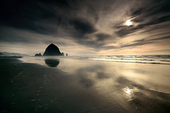 Reflet sur Cannon Beach (sparth) Tags: reflection beach rock oregon canon october bravo reflet haystack cannon l environment 28 haystackrock plage lanscape 2010 1635 1635mm28l 1535mm 5dmkii